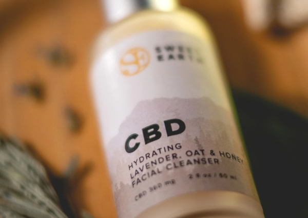 CBD Hydrating Oat & Honey Facial Cleanser; Foto: Sweet Earth Holdings