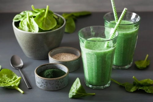green-spinach-smoothie-with-spirulina-chia-seed-KYT62CQ